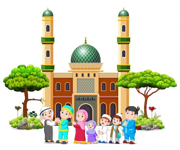 Una familia está dando disculpas al clérigo frente a la mezquita.