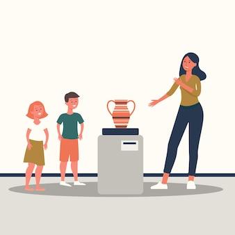 Familia de dibujos animados en un museo mirando un jarrón, mujer adulta diciéndoles a los niños sobre la exposición antigua en la galería, gente de dibujos animados pasando tiempo juntos en la exposición de arte, plano aislado