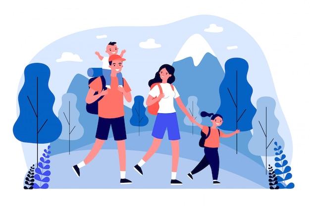 Familia feliz activa viajando juntos en las montañas