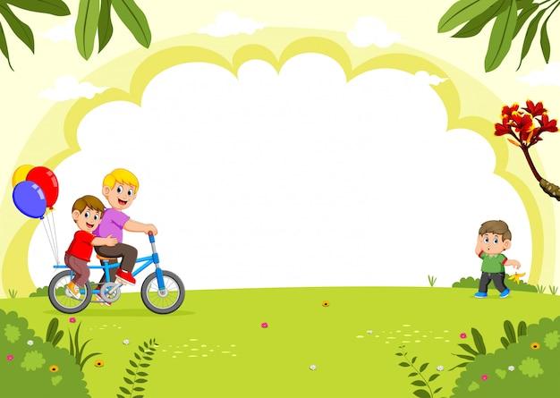 Familia feliz en bicicleta en el parque de la ciudad