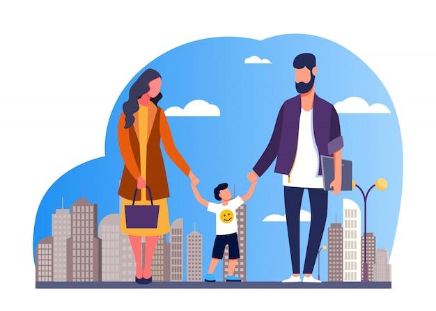 Familia feliz caminando en la ciudad