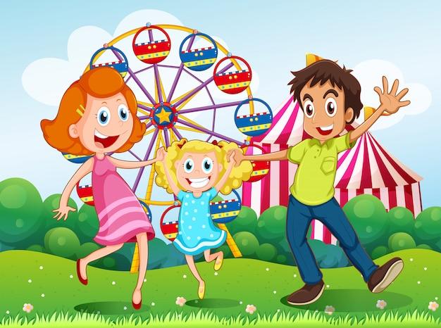 Una familia feliz en el carnaval en la cima de la colina.