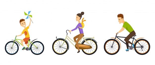 Familia feliz. ciclismo a lo largo de la carretera en un paisaje natural.