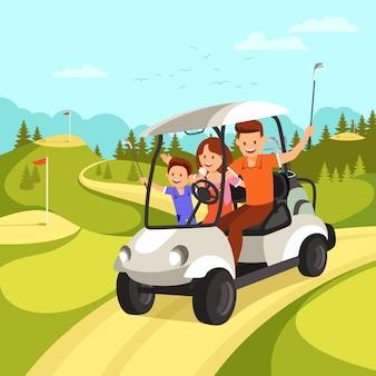 La familia feliz va por el coche de golf en el campo de golf.