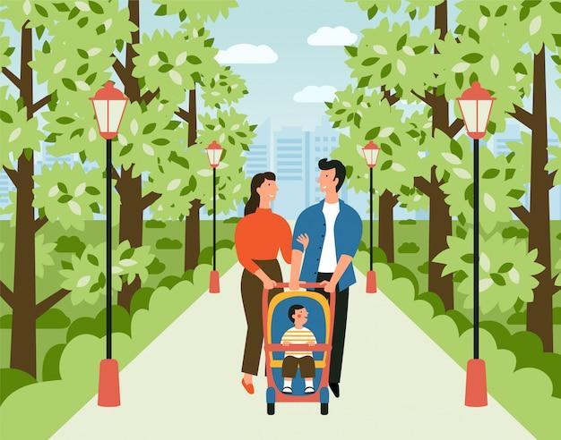 Familia feliz con cochecito de bebé en el parque.