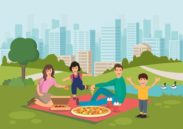La familia feliz de la historieta come la pizza en comida campestre en parque.