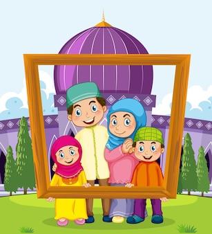 Familia feliz con marco de fotos con mezquita