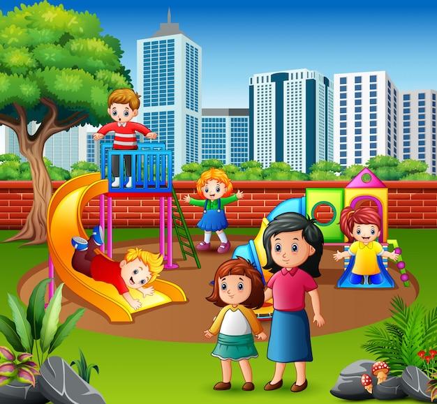 Familia feliz y niños en el patio de recreo.