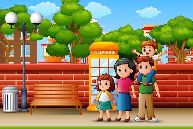 Familia feliz de pie en la acera