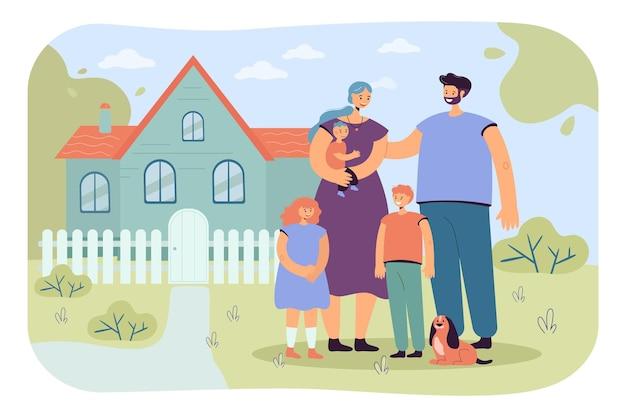 Familia feliz de pie frente a casa nueva