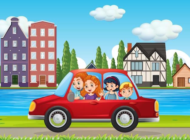 Familia feliz viajando en la ciudad en coche rojo