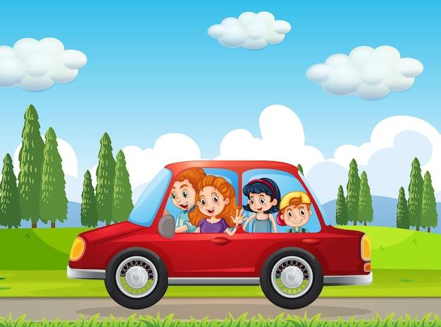 Familia feliz viajando en la escena de la naturaleza en coche rojo