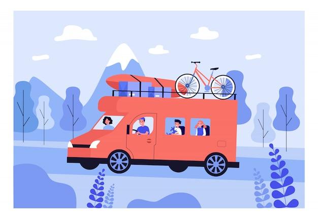 Familia feliz viajando en furgoneta