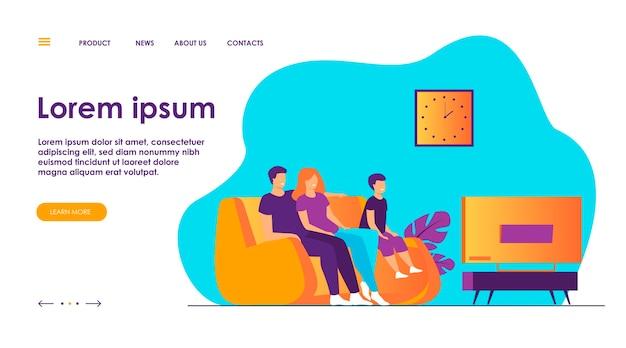 Familia feliz viendo la televisión juntos ilustración vectorial plana. dibujos animados de madre, padre e hijo sentados en el sofá o sofá en casa y viendo películas. concepto de estilo de vida y entretenimiento