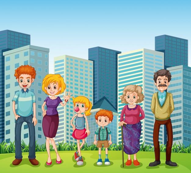 Una familia frente a los altos edificios de la ciudad.