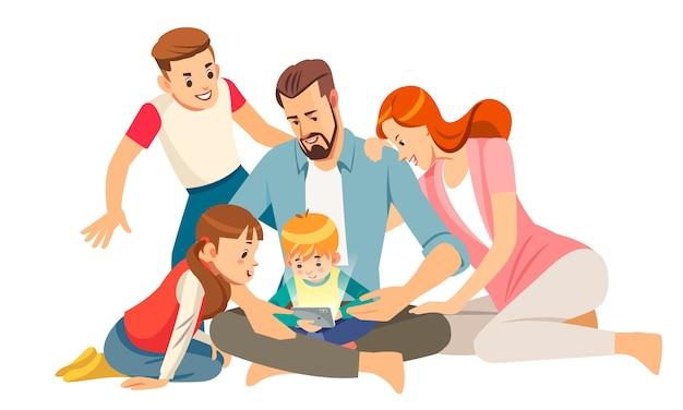 Familia joven alegre con niños riendo viendo videos divertidos