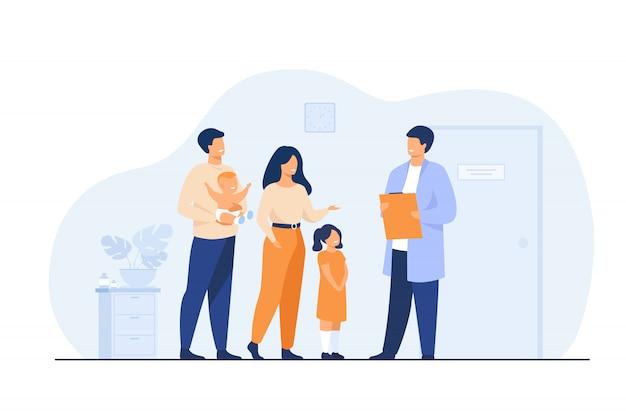 Familia joven feliz con bebé y médico pediatra