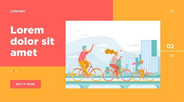Familia joven feliz montando en bicicleta en la plantilla web del parque. ciclismo a lo largo de la carretera cerca del agua con la ciudad de fondo. actividad de verano y concepto de estilo de vida saludable.