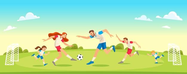 Familia jugando al fútbol en el parque juntos