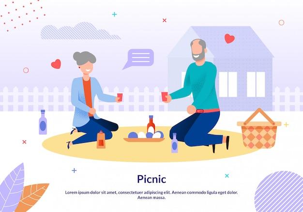 Familia madura pareja haciendo picnic en la plantilla de patio