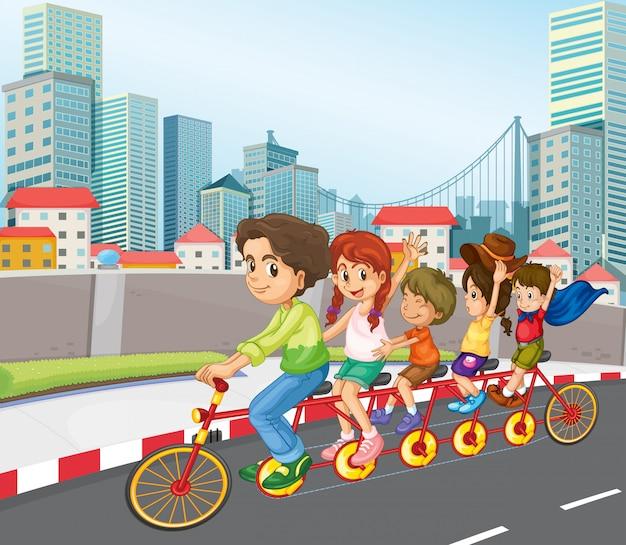 Una familia montando bicicleta en la ciudad.