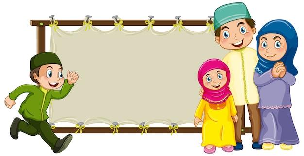 Familia musulmana árabe en vestimentas tradicionales con banner en blanco