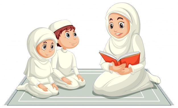 Familia musulmana árabe en vestimentas tradicionales en posición de oración aislado sobre fondo blanco.