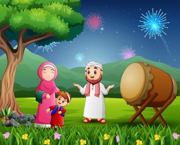 Familia musulmana feliz celebrando el festival de eid en la naturaleza