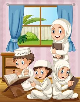 Familia musulmana rezando en la casa