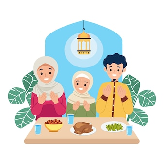 Familia musulmana rezando y disfrutando juntos de ramadán kareem