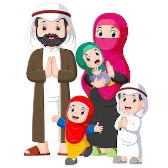 Una familia musulmana con tres hijos está dando el saludo de perdón de ied mubarak