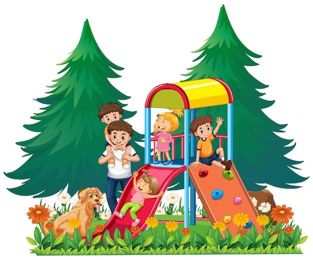 Una familia en el patio de recreo.