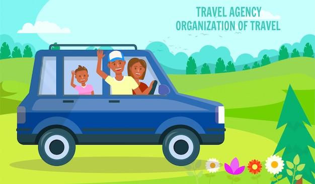 Familia que viaja en coche en green valley landscape