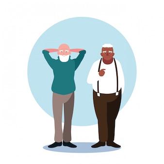 Felices ancianos compartiendo en casa