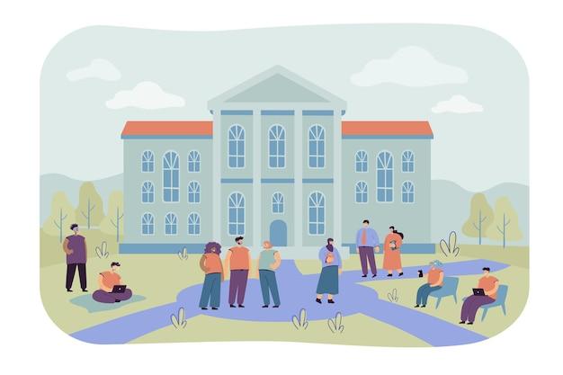 Felices estudiantes de carreras mixtas caminando frente a la ilustración plana del edificio de la universidad. gente de dibujos animados relajándose en el patio del campus