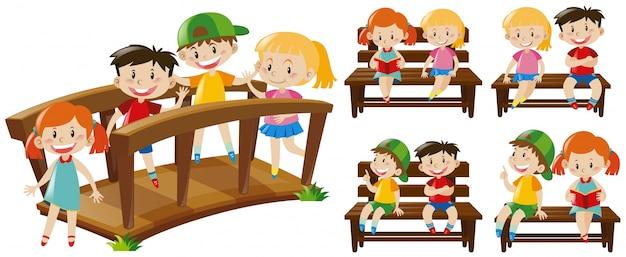 Felices los niños en los asientos y el puente