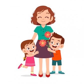 Felices los niños lindos dan flores al maestro