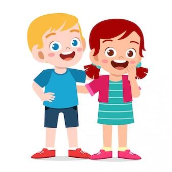 Felices los niños lindos niño y niña se abrazan juntos