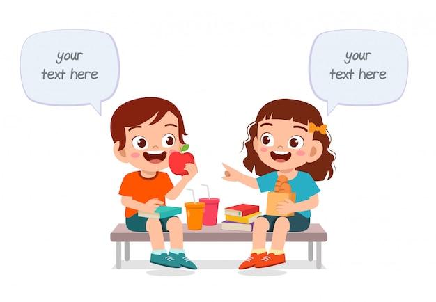 Felices los niños lindos niño y niña comen juntos