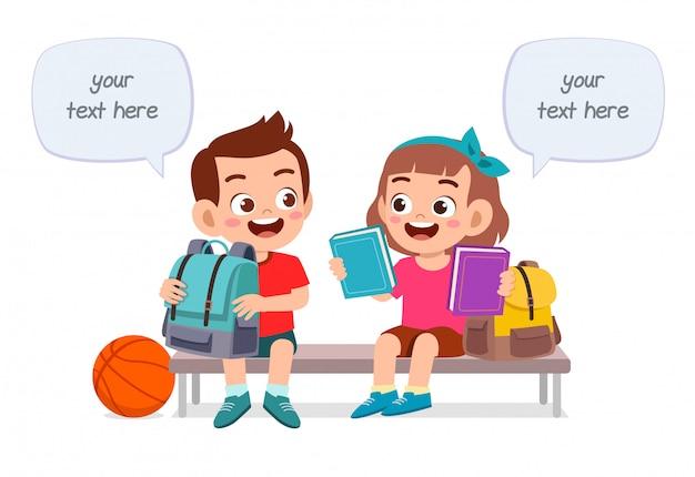 Felices los niños lindos niño y niña estudian juntos