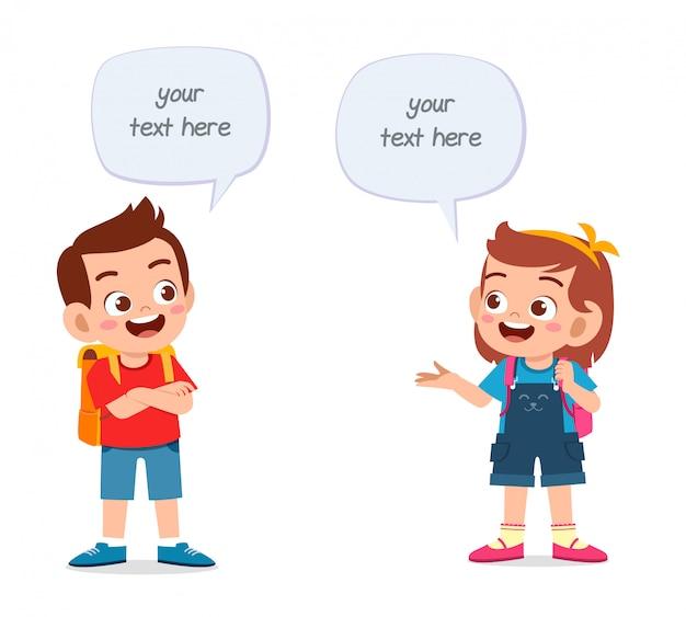 Felices los niños lindos niño y niña hablando entre sí