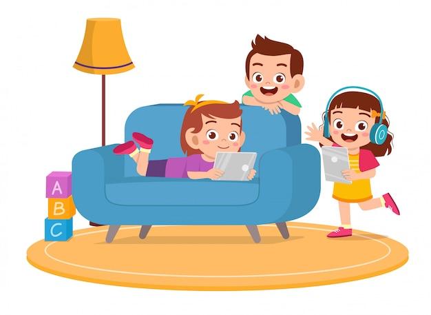 Felices los niños lindos niño y niña usan teléfono inteligente