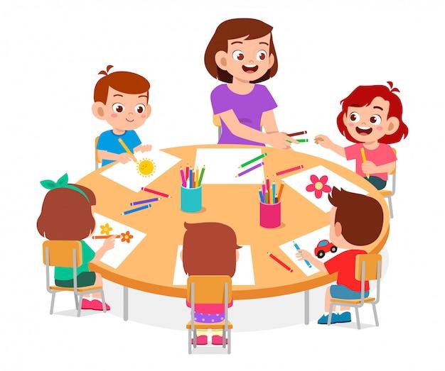 Felices los niños lindos niños y niñas dibujan con el maestro