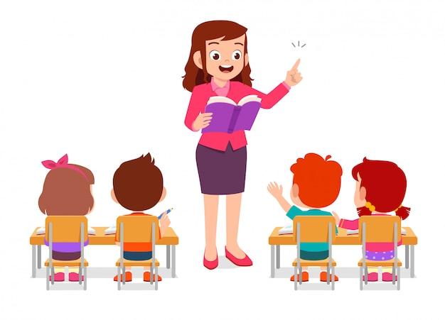 Felices los niños lindos niños y niñas estudian con el maestro