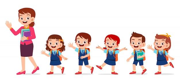 Felices los niños lindos sonríen con el maestro juntos