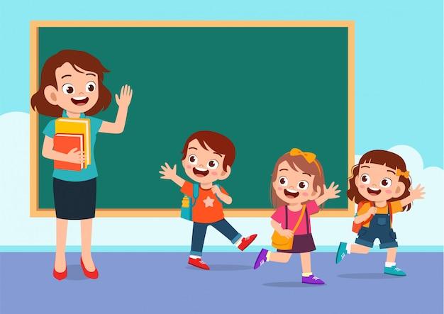 Felices los niños lindos van a casa desde la escuela