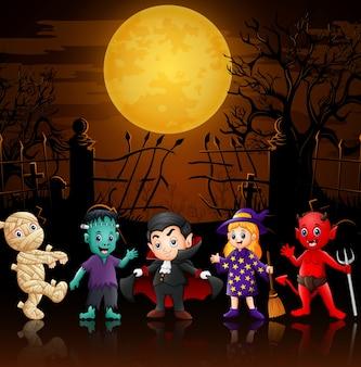 Felices niños pequeños en disfraces de halloween