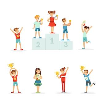 Felices los niños pequeños con sus trofeos de oro