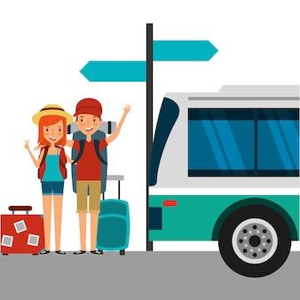 Felices turistas de pareja con equipaje en la parada de autobús