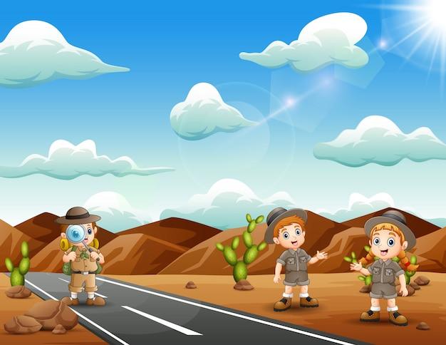 Felices zookeepers explorados en el desierto